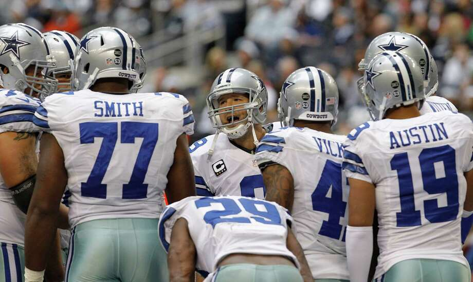 Tony Romo, center, has been in full command of a Cowboys offense that has thrived of late. Photo: Sharon Ellman, STF / AP