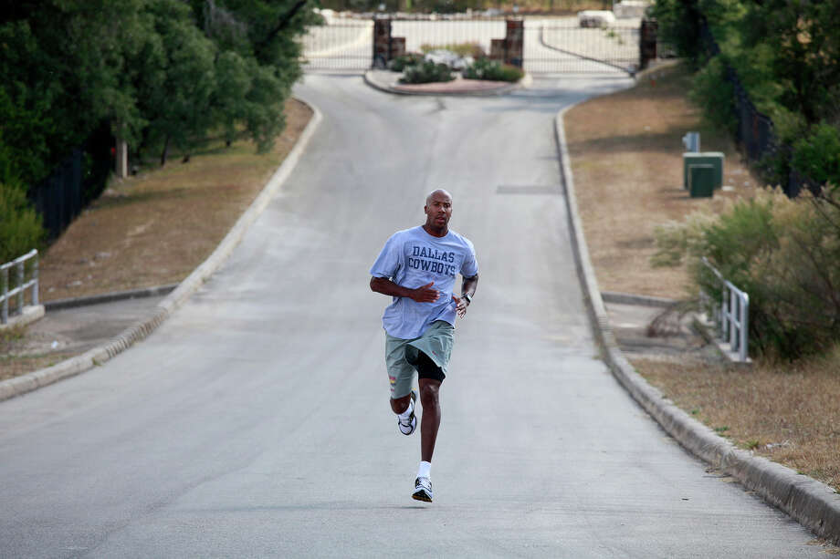 Bruce Bowen does stride work outside his home in San Antonio on Friday, Nov. 12, 2010. Photo: LISA KRANTZ, San Antonio Express-News / SAN ANTONIO EXPRESS-NEWS