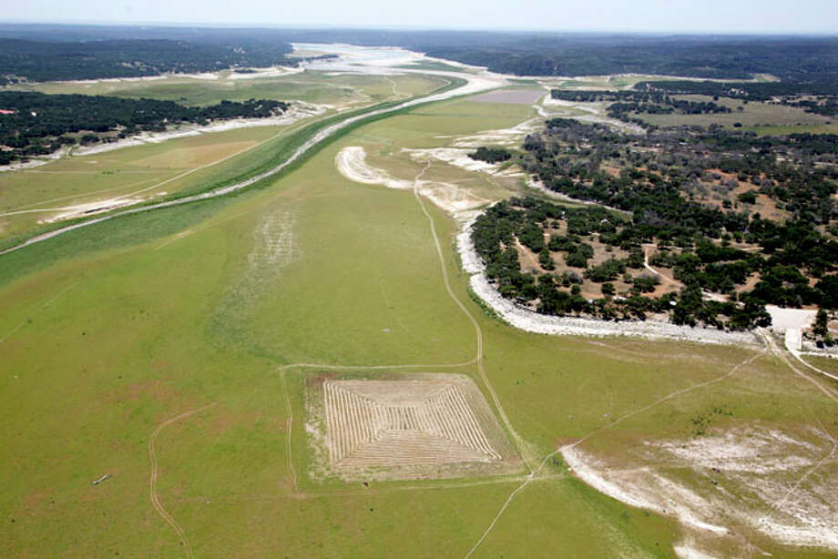 Viewing and photographing Medina Lake from the air offered a new understanding of the drought's severity. Photo: William Luther, San Antonio Express-News / © 2012 San Antonio Express-News