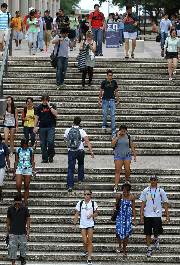 Students make their way around UTSA's 1604 campus in 2010. Should they be concerned how many of their classes are taught by tenured professors? Kin Man Hui/kmhui@express-news.net Photo: KIN MAN HUI, SAN ANTONIO EXPRESS-NEWS / kmhui@express-news.net