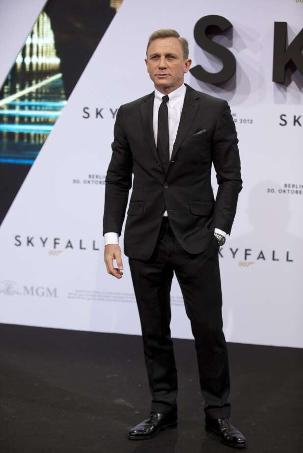 British actor Daniel Craig poses for photographers as they arrive for the German premiere of the James Bond film Skyfall in Berlin, Germany, Tuesday, Oct. 30, 2012. (AP Photo/Gero Breloer) (ASSOCIATED PRESS)