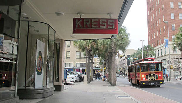 The Kress Building's awning in 2012. (BENJAMIN OLIVO / EXPRESS-NEWS)