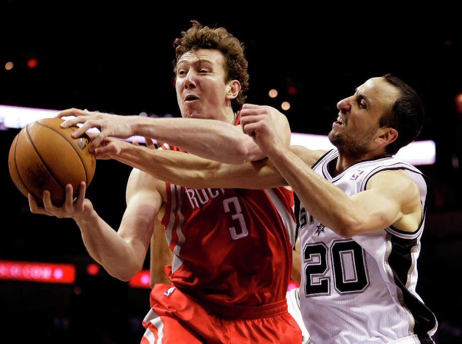 Omer Asik (3), of Turkey, is fouled by Manu Ginobili (20), of Argentina. Photo: Eric Gay, Associated Press / AP