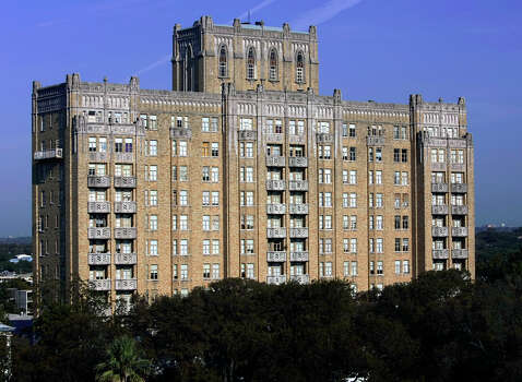 Like an aging but elegant dame who has held onto her refined manners, the Aurora Apartments in Tobin Hill still reign over Crockett Park and nearby San Antonio College. Read More Photo: William Luther, San Antonio Express-News / © San Antonio Express-News