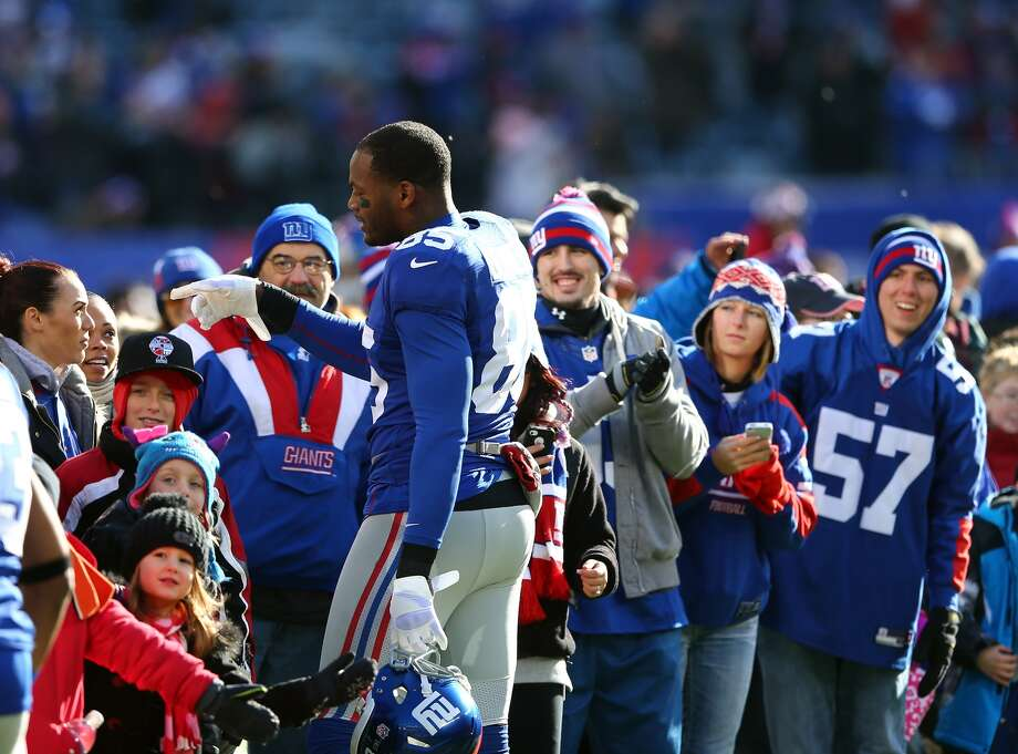 EAST RUTHERFORD, NJ - DECEMBER 30: Martellus Bennett #85 of the New York Giants greets families from Sandy Hook Elementary School in Newtown, Connecticut before the game New York Giants and the Philadelphia Eagles at MetLife Stadium on December 30, 2012 in East Rutherford, New Jersey. (Photo by Elsa/Getty Images)