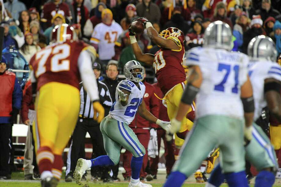 Redskins linebacker Rob Jackson snatches an interception in front of the Cowboys' DeMarco Murray to snuff out a Cowboys drive in the waning minutes. Photo: Richard Lipski, FRE / FR170623 AP