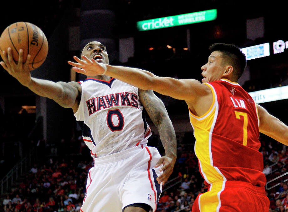 Hawks point guard Jeff Teague drives against Rockets point guard Jeremy Lin. Photo: BOB LEVEY