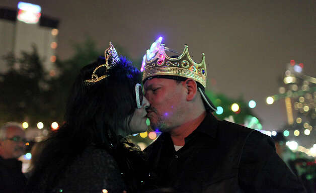 Dianna (left) and Rodney Ruiz kiss during the Celebrate San Antonio event held Monday Dec. 31, 2012. Photo: Edward A. Ornelas, San Antonio Express-News / © 2012 San Antonio Express-News