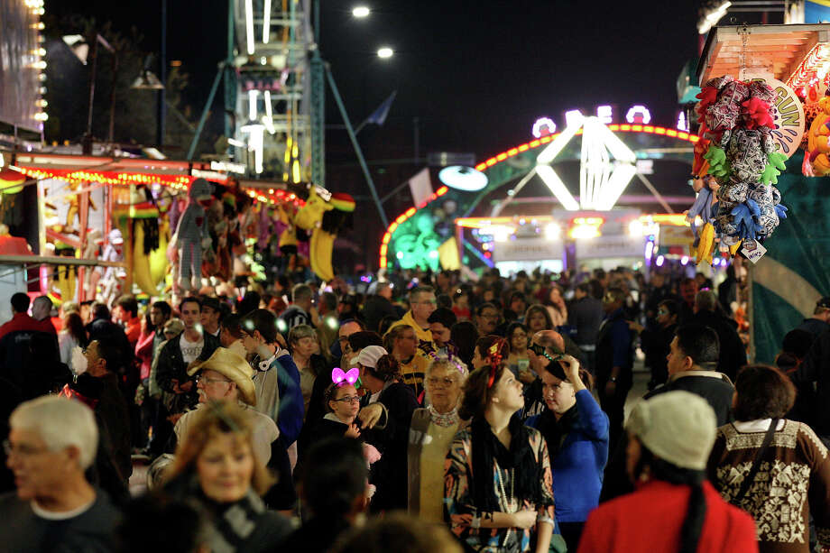 Crowds meander through the Celebrate San Antonio event held Monday Dec. 31, 2012. Photo: Edward A. Ornelas, San Antonio Express-News / © 2012 San Antonio Express-News