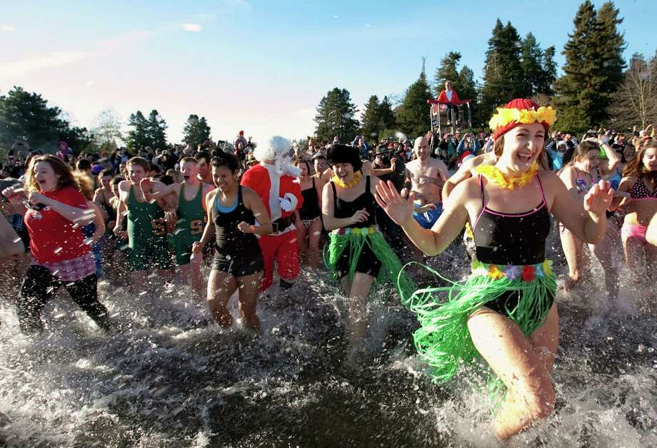 Revelers race into the chilly water of Lake Washington. Photo: JOSHUA TRUJILLO / SEATTLEPI.COM