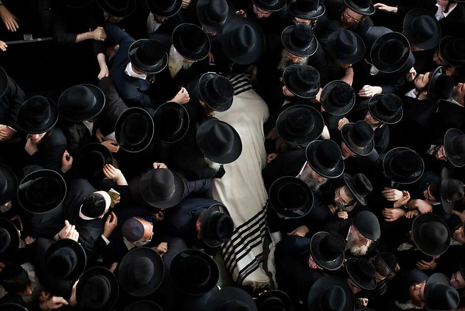 BNEI BRAK, ISRAEL - JANUARY 01:  Ultra Orthodox Jewish men carry the body of Rabbi Abraham Jacob Friedman of Sadigura Hasidic dynasty during his funeral on January 01, 2013. in Bnei Brak, Israel. The Rabbi was the leader of the Sadigura Hasidic dynasty in Bnei Brak and died at the age of 84.  (Photo by Uriel Sinai/Getty Images)  *** BESTPIX *** Photo: Uriel Sinai, Getty Images
