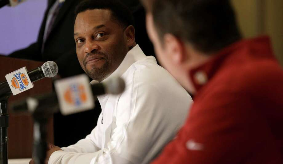 Texas A&M coach Kevin Sumlin (left) eyes OU counterpart and friend Bob Stoops during Wednesday's media session. Photo: LM Otero, Associated Press / AP