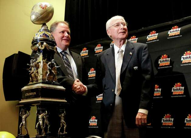Oregon head coach Chip Kelly, left, and Kansas State head coach Bill Snyder pose for photographers with the Fiesta Bowl champions trophy Wednesday, Jan. 2, 2013, in Scottsdale, Ariz. Oregon and Kansas state will face off Thursday in the Fiesta Bowl NCAA college football game. (AP Photo/Matt York) Photo: Matt York