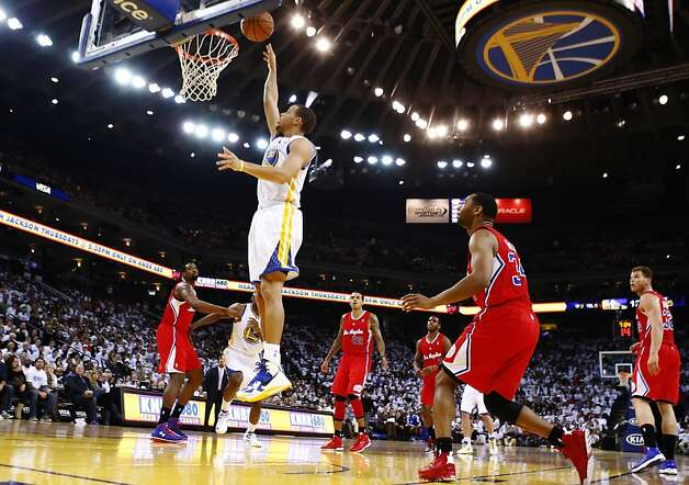 Stephen Curry puts up a shot in the first half of the game. The Warriors played the Los Angeles Clippers at Oracle Arena in Oakland, Calif., on Wednesday, January 2, 2013. Photo: Carlos Avila Gonzalez, The Chronicle