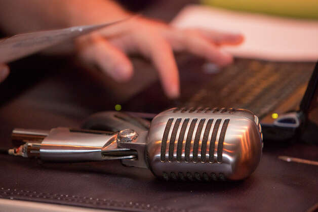 FOR SA LIFE - Quizmaster Shane Fordyce's microphone is pictured while Fordyce moderates trivia hosted by Geeks Who Drink at the Firehouse Pub & Grill on Wednesday, Dec. 26, 2012. MICHAEL MILLER / FOR THE EXPRESS-NEWS Photo: Michael Miller, San Antonio Express-News / San Antonio Express-News