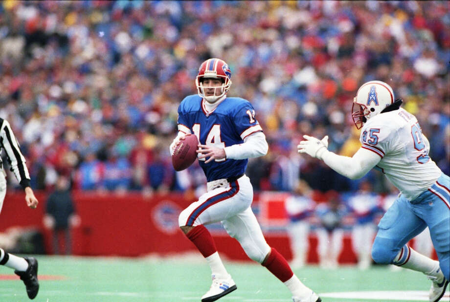 Bills quarterback Frank Reich scrambles away from William Fuller of the Oilers in the third quarter when the Bills scored 28 points.