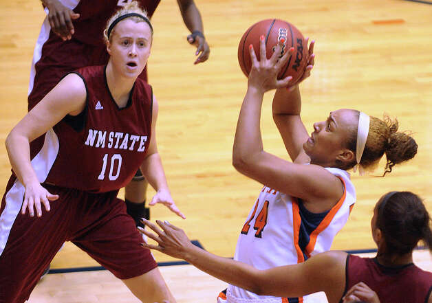 Ashley Spaletta of UTSa drives against NMSU during Western Athletic Conference action at the UTSA Convocation Center on Thursday, Jan. 3, 2013. Photo: Billy Calzada, Express-News / SAN ANTONIO EXPRESS-NEWS