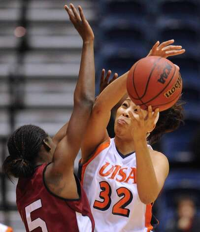 Whitney Wright of UTSA (32) penetrates as as Jasmine Rutledge of New Mexico State defends during Western Athletic Conference action at the UTSA Convocation Center on Thursday, Jan. 3, 2013. Photo: Billy Calzada, Express-News / SAN ANTONIO EXPRESS-NEWS