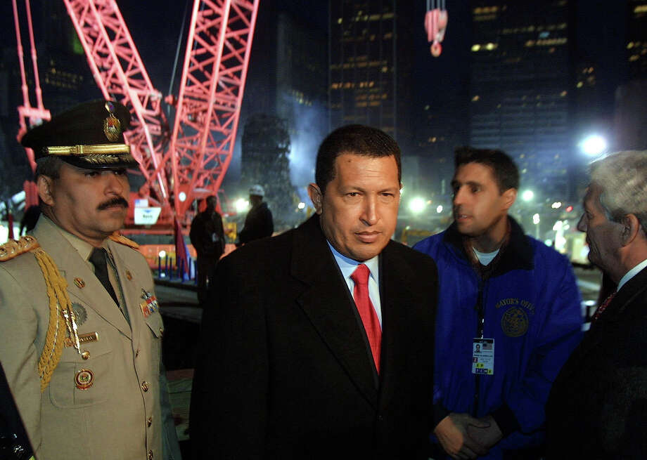 Venezuelan President Hugo Chavez tours Ground Zero of the World Trade Center site in New York 10 November 2001. Photo: DOUG KANTER, AFP/Getty Images / AFP