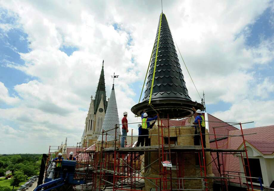 Construction crews place a spire atop the Main Building of Our Lady of the Lake University on April 21, 2010, replacing the one that was destroyed in a fire on May 6, 2008. BILLY CALZADA / gcalzada@express-news.net Photo: BILLY CALZADA, Express-News / gcalzada@express-news.net