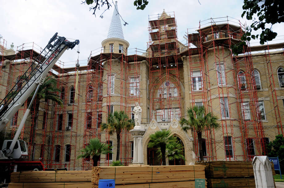 Scaffolding has been placed around the Main Building at Our Lady of the Lake University, which burned on May 6, 2008. Friday, Aug. 28, 2009. BILLY CALZADA / gcalzada@express-news.net Photo: BILLY CALZADA, Express-News / gcalzada@express-news.net