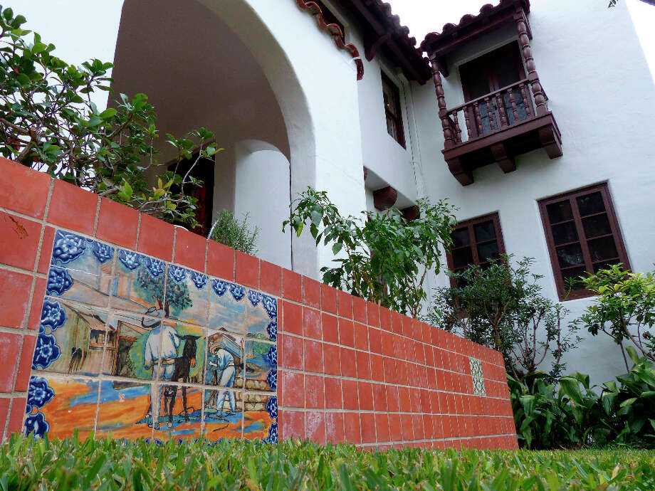 A painting on tiles adorns the entrance area to this home on Grant Avenue in Alamo Heights. Photo: Billy Calzada, San Antonio Express-News / SAN ANTONIO EXPRESS-NEWS
