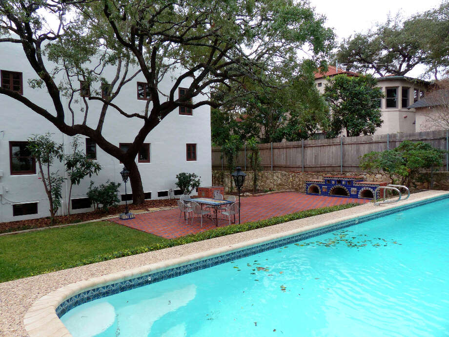 The pool area behind a home on Grant Avenue in Alamo Heights. Photo: Billy Calzada, San Antonio Express-News / SAN ANTONIO EXPRESS-NEWS