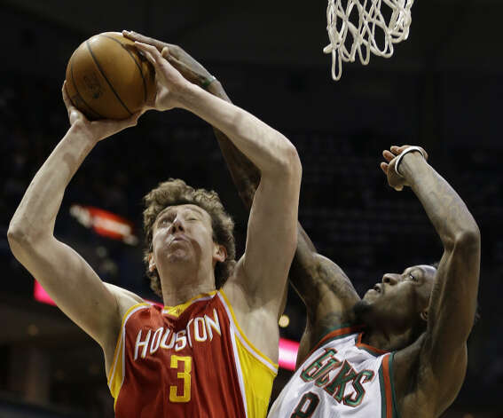 Omer Asik (3) shoots against Larry Sanders. Photo: Jeffrey Phelps, Associated Press / FR59249 AP