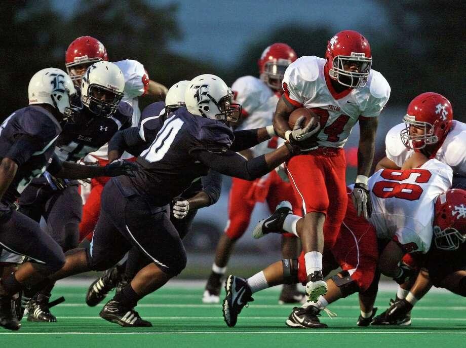 Elsik linebacker Troy O'Neal (center) Photo: Eric Christian Smith, For The Houston Chronicle / Freelance