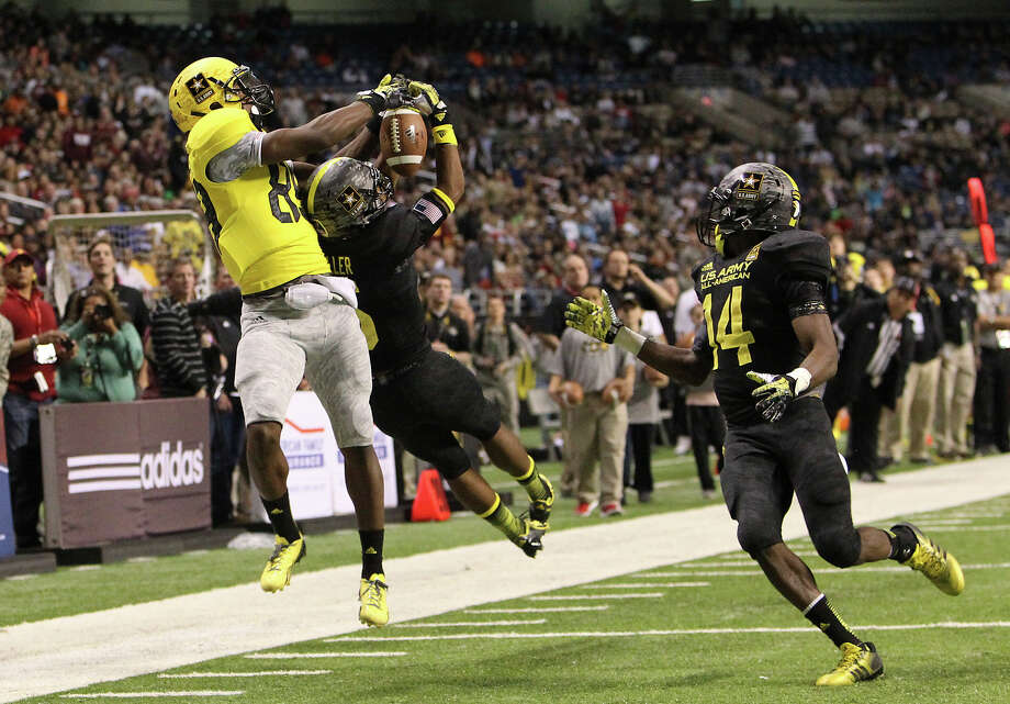 Ricky Seals-Jones (89) of Sealy High School and Kendall Fuller (05) of Our Lady of Good Counsel in Olney, Maryland compete for a pass in the second half of the 2013 U.S. Army All-American Bowl at the Alamodome on Saturday, Jan. 5, 2013. The East Team defeated the West, 15-8. Photo: Kin Man Hui, Express-News / © 2012 San Antonio Express-News