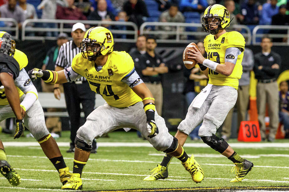 West quarterbacl Max Browne (right) drops back to pass as Nico Falah blocks for him during the fopurth quarter of the 13th U.S. Army All-American Bowl at the Alamodome on Jan. 5, 2013.  Browne was named the Gatorade National Player of the Year and is headed to USC.  The East team won the game 15-8.  MARVIN PFEIFFER/ mpfeiffer@express-news.net Photo: MARVIN PFEIFFER, Express-News / Express-News 2012