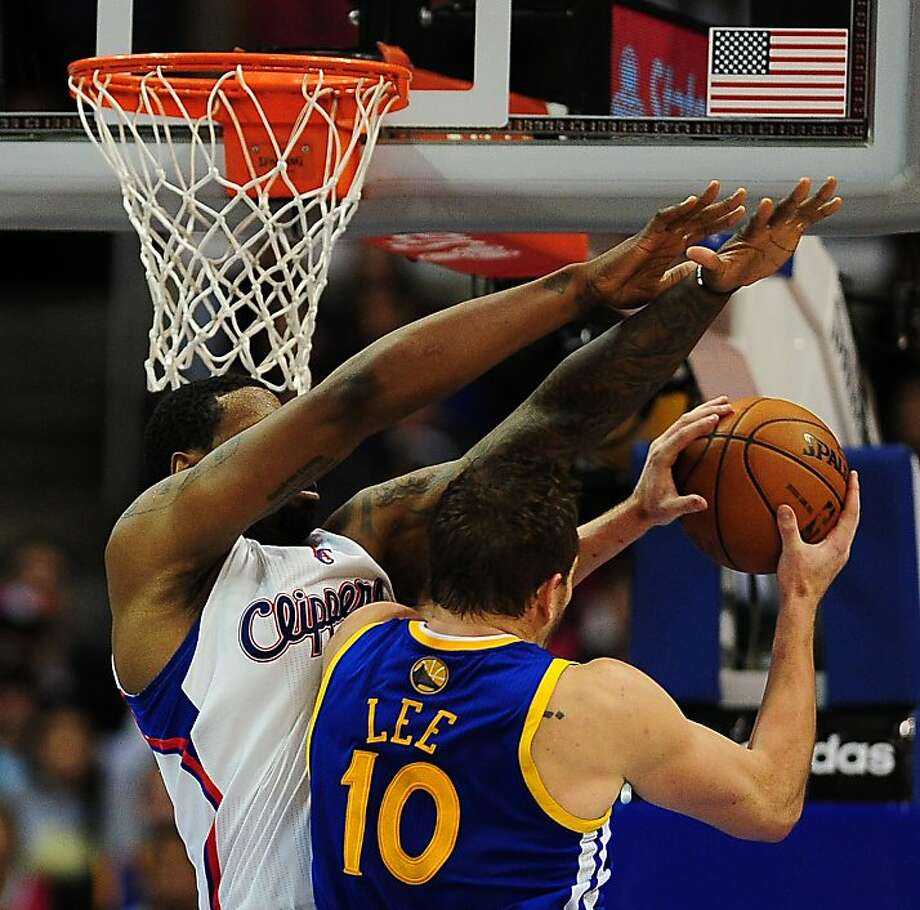 David Lee tries to beat the long reach of Clippers center DeAndre Jordan en route to just 10 points. Photo: Frederic J. Brown, AFP/Getty Images