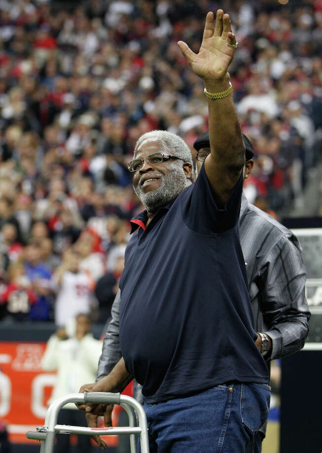 Former Houston Oilers great Earl Campbell waves to the crowd before the game. Photo: Karen Warren, Houston Chronicle / © 2012 Houston Chronicle
