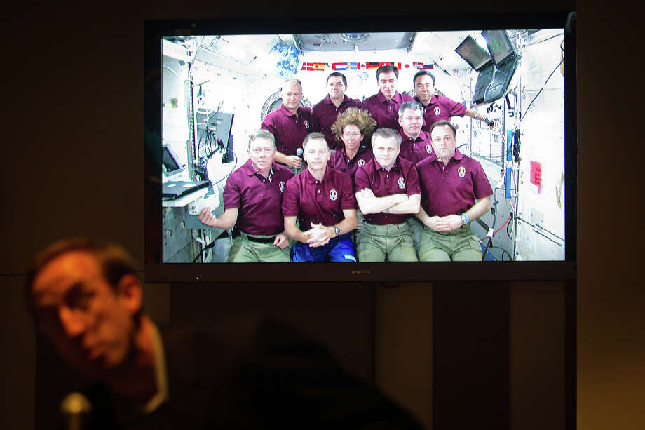 July 15, 2011 | A television image of combined crew of Atlantis and the ISS is seen as Ted Oberg of KTRK television asks a question at the Johnson Space Center during the final shuttle crew news conference. Photo: Smiley N. Pool, Houston Chronicle / © 2011  Houston Chronicle