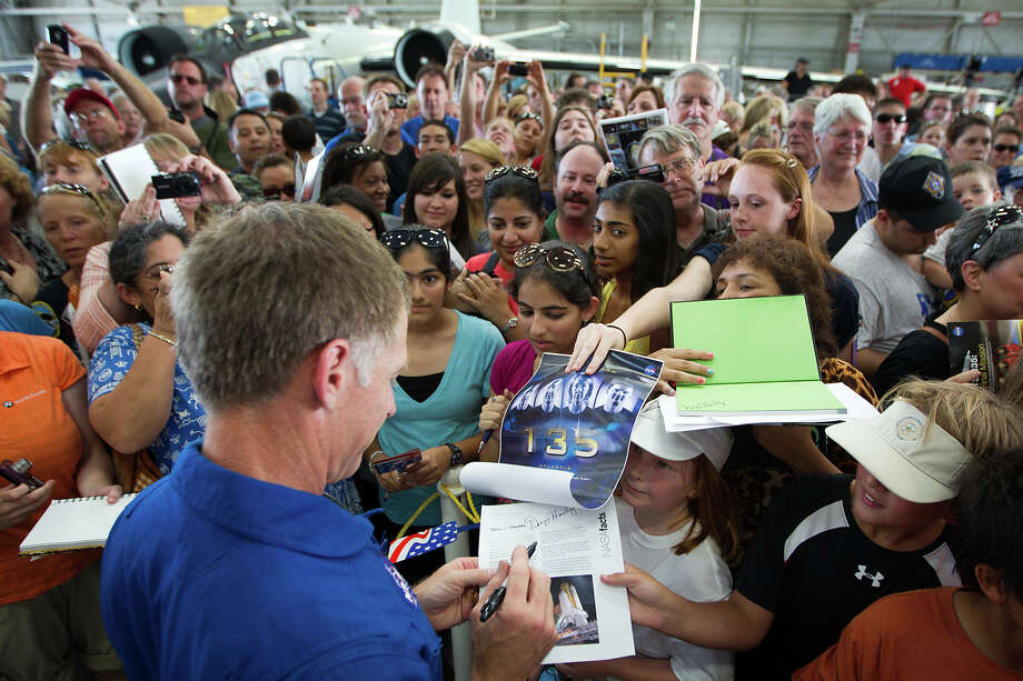 July 22, 2011 | STS-135  commander Chris Ferguson signs autographs for a large crowd of supporters following a welcome home ceremony at Ellington Field. Photo: Smiley N. Pool, Houston Chronicle / © 2011  Houston Chronicle
