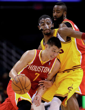 Jeremy Lin (7) drives past Kyrie Irving. Photo: Tony Dejak, Associated Press / AP