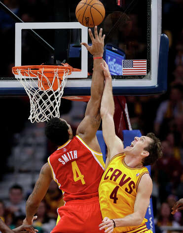 Luke Walton, right, and Greg Smith go up for a rebound. Photo: Tony Dejak, Associated Press / AP