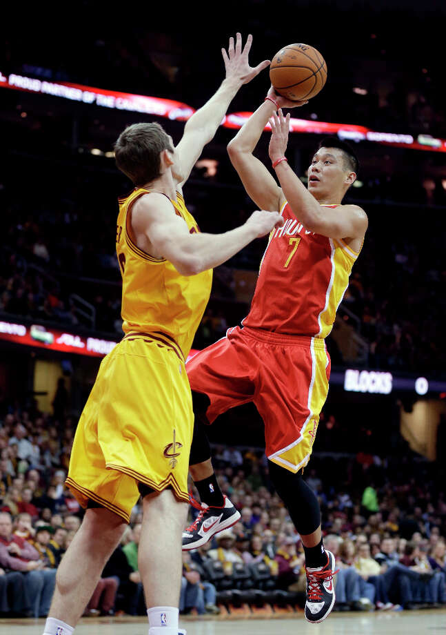 Jeremy Lin (7) shoots over Tyler Zeller (40). Photo: Tony Dejak, Associated Press / AP