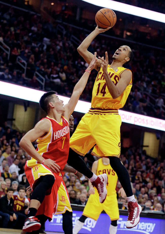 Shaun Livingston (14) shoots over Jeremy Lin (7). Photo: Tony Dejak, Associated Press / AP