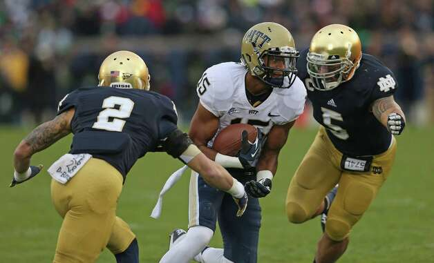 Devin Street #15 of the Pittsburgh Panthers moves between Bennett Jackson #2 and Manti T'eo #5 of the Notre Dame Fighting Irish at Notre Dame Stadium on November 3, 2012 in South Bend, Indiana. Photo: Jonathan Daniel, Getty Images / 2012 Getty Images