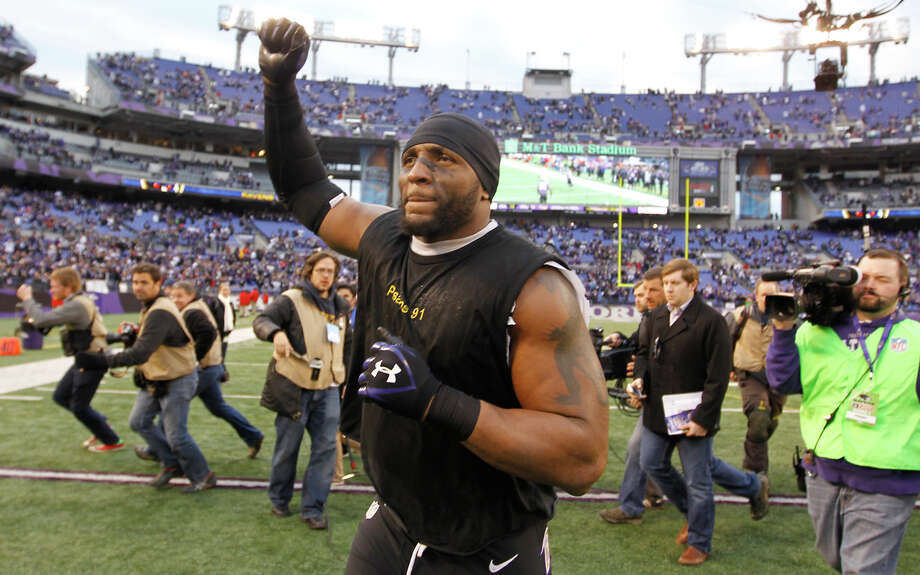 Ravens linebacker Ray Lewis takes a victory lap after his final game in Baltimore. Photo: LUIS M. ALVAREZ / MCT
