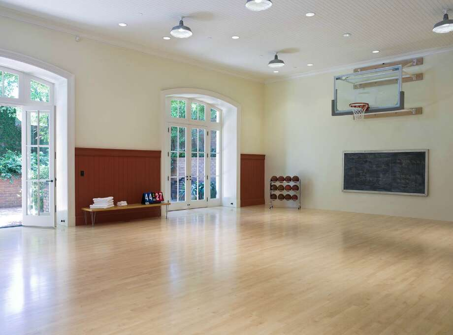 Gym/ basketball court (www.2701broadwaystreet.com)