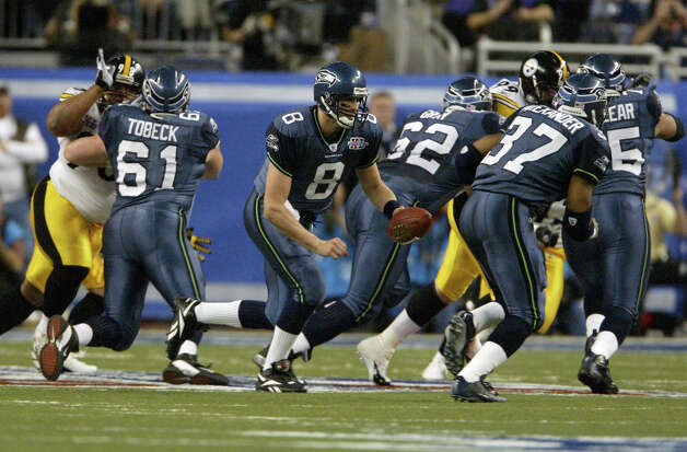 Matt Hasselbeck hands off to Shaun Alexander. Photo: Dan DeLong/seattlepi.com File/MOHAI