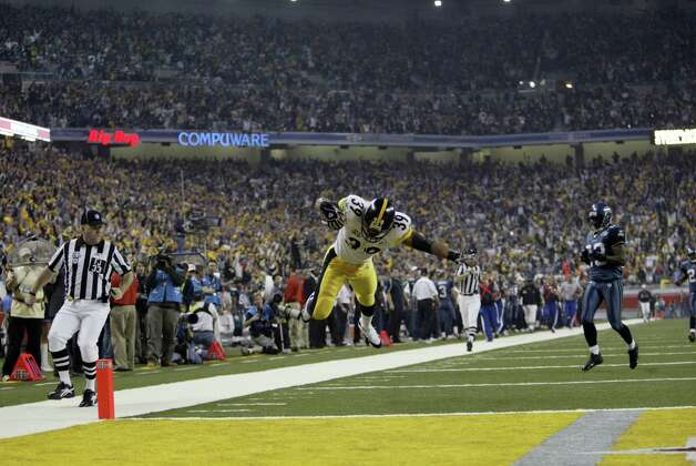 Willie Parker dives into the end zone at the end of his 75-yard scoring run. Photo: Dan DeLong/seattlepi.com/MOHAI