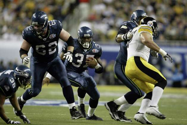 Shaun Alexander looks for a hole in the Steelers' line. Photo: Mike Urban/seattlepi.com/MOHAI / Seattle Post-Intelligencer