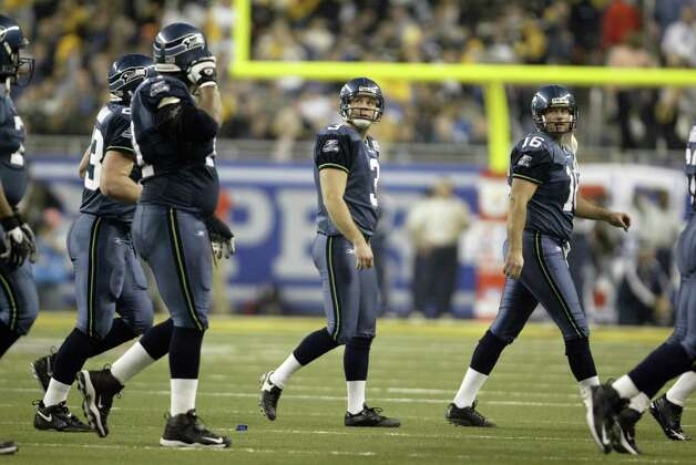 Hasselbeck leads the offense off the field. Photo: Mike Urban/seattlepi.com/MOHAI / Seattle Post-Intelligencer