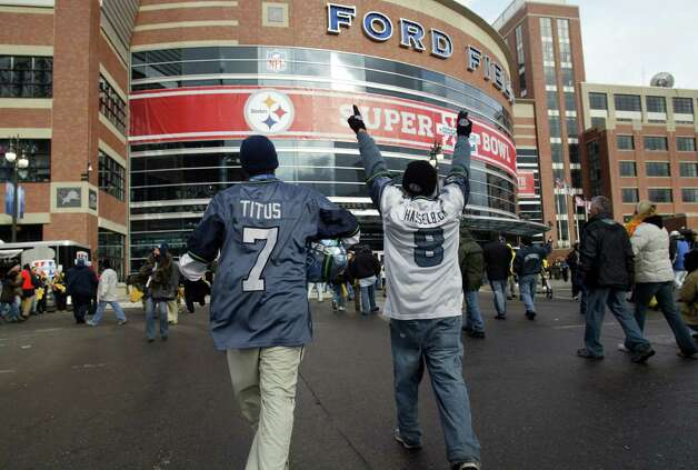 Seahawks fans rally outside Ford Field. Photo: Joshua Trujillo/seattlepi.com/MOHAI / Seattle Post-Intelligencer