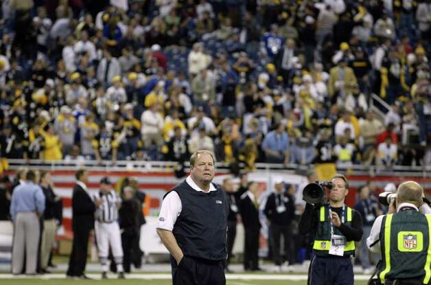 Mike Holmgren, no stranger to the big stage, calmly surveys the field during pre-game warmups. Photo: Mike Urban/seattlepi.com/MOHAI / Seattle Post-Intelligencer