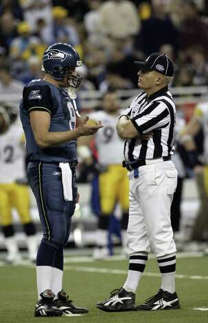 Hasselbeck pleads his case to the officials. Photo: Mike Urban/seattlepi.com/MOHAI / Seattle Post-Intelligencer