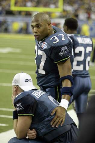 Shaun Alexander walks away empty-handed. Photo: Mike Urban/seattlepi.com/MOHAI / Seattle Post-Intelligencer